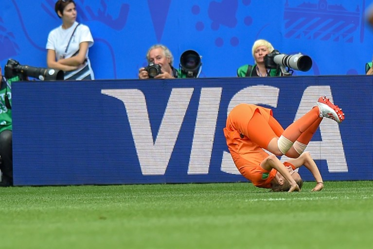 Nederland bereikt na zege tegen Kameroen achtste finales op WK vrouwenvoetbal