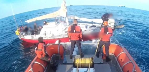 Twee opvarenden van stuurloze zeilboot met transmigranten aangehouden op verdenking van mensensmokkel