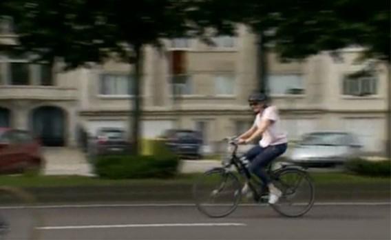 Koningin Mathilde fietst (redelijk) incognito door Brusselse straten samen met honderden andere fietsers