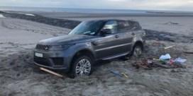 Twee jongeren rijden 4x4 vast op het strand en moeten bevrijd worden met bulldozer: 'Er zal gepeperde rekening volgen'