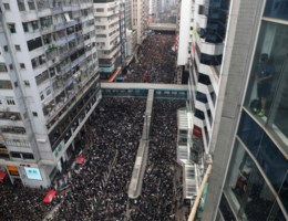 Tienduizenden inwoners Hong Kong in het zwart de straat op, betoger komt om