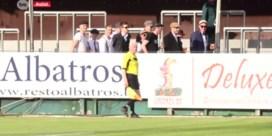 Voetbalsupporters nemen 'loopje' met lijnrechter tijdens match
