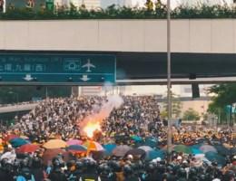 Opmerkelijke dronebeelden geven andere kijk op protest Hongkong