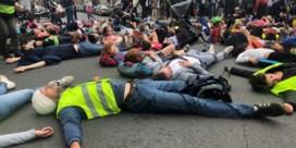 Tientallen actievoerders als verkeersslachtoffers op straat in Schaarbeek