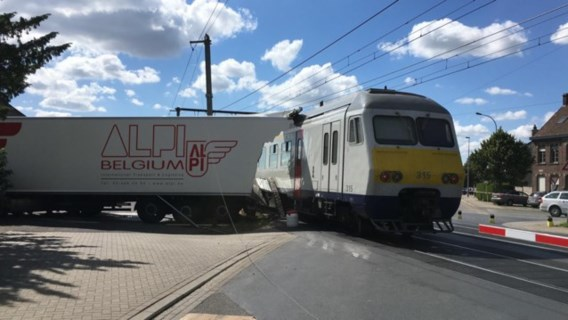 Aanrijding tussen trein en vrachtwagen in Deerlijk