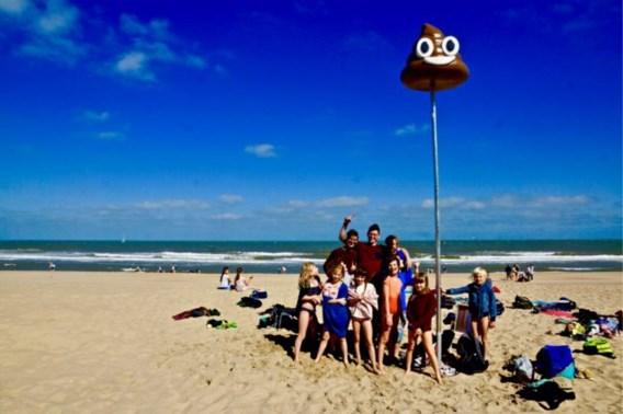 Opvallende nieuwe verdwaalpaal op het strand: het lachend kakske