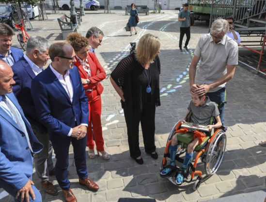 Kleurrijke voetstappen op Martelarenplein tegen wachtlijsten voor gehandicapten