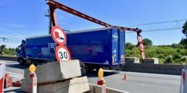 Weer knalt vrachtwagen tegen portiek Scheldebrug