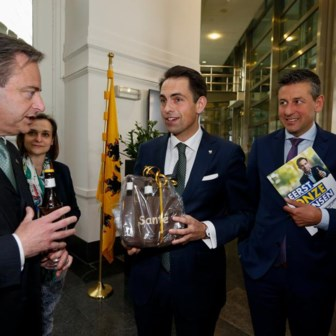 Bart De Wever (N-VA) met Tom Van Grieken en Chris Janssens van Vlaams Belang.