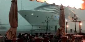 Cruiseschip vaart gevaarlijk dicht bij kade tijdens stormweer in Venetië