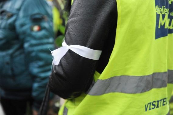 Gele hesjes steken vrachtwagen van organisatie Tour de France in brand