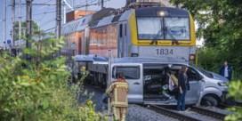 Autobestuurder die onder trein reed blijft aangehouden