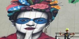 Muurschilderij eert Frida Kahlo en traditionele Mexicaanse klederdracht