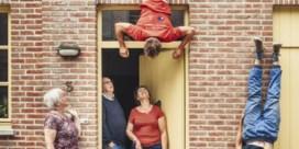 Acrobaten keren Brugge binnenstebuiten