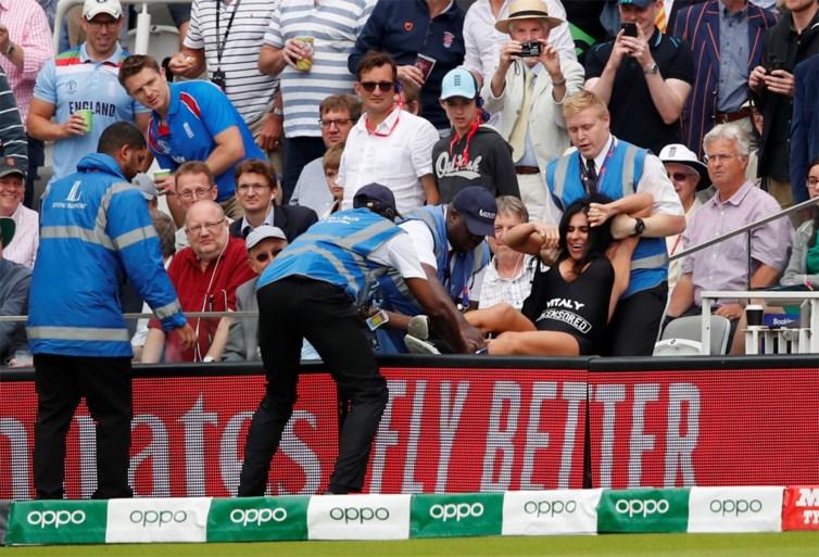 Engeland in extase na eerste wereldtitel cricket, streakster (en moeder van) haalt veld niet in historische finale