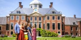 Nederlandse koninklijke familie poseert voor zomerfoto's bij nieuwe thuis