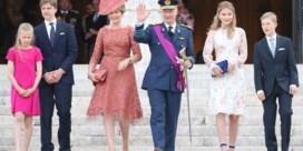 Prinses Elisabeth schittert in stiletto's, koningin Mathilde met speciale hoed