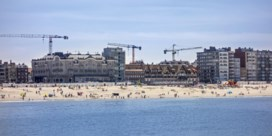 Stormloop op appartementen aan de kust