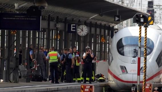Man duwt vrouw met kind voor trein, jongen sterft ter plekke