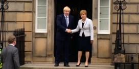 Johnson uitgejouwd bij aankomst in Schotland