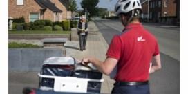 Postbode op huisbezoek bij ouderen