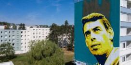 Reusachtig portret van Jacques Brel kijkt uit over Franse stad
