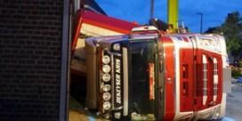 Vrachtwagen met 210 varkens gekanteld in centrum Koolskamp