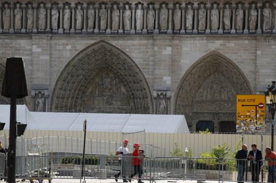 Parijs begint lood rondom Notre-Dame op te ruimen