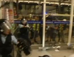 Agent richt wapen op betogers tijdens zware rellen in Hongkong