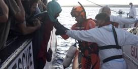 Negen migranten verlaten reddingsschip 'Open Arms' in Lampedusa