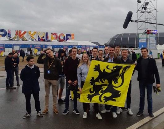 Vlaams Belang-jongeren dagen Pukkelpop uit door Vlaamse vlaggen uit te delen aan ingang