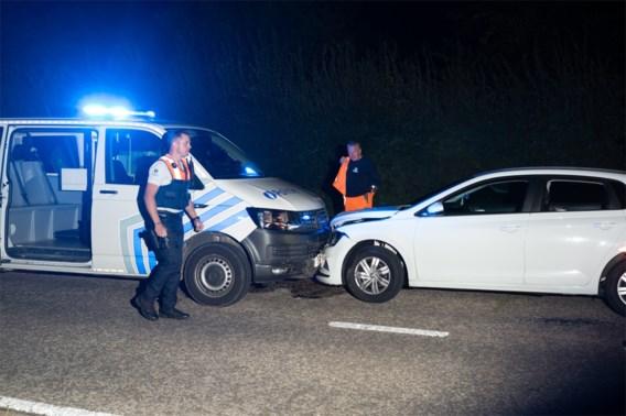 Chauffeur onder invloed van drugs botst op politiecombi