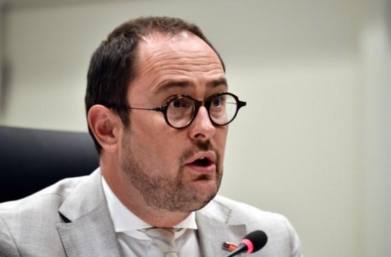 Van Quickenborne dient een klacht in tegen Vlaams Belang