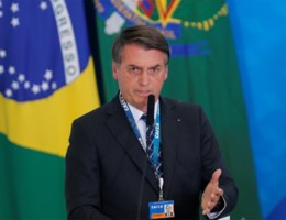 Bolsonaro beschuldigt ngo's ervan bosbranden zelf te hebben aangestoken