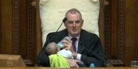 Parlementsvoorzitter geeft baby flesje tijdens debat