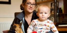Leer uw baby opzitten en pootje geven
