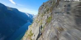 Drone raast over Noorse kliffen en watervallen