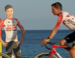 Foto van Bjorg Lambrecht mee op podium bij ploegvoorstelling Vuelta