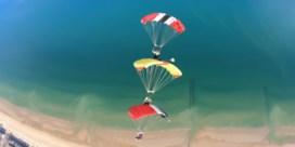 Skydivers maken indrukwekkende beelden van onze kust
