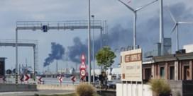 Zwarte rook boven Antwerpse haven