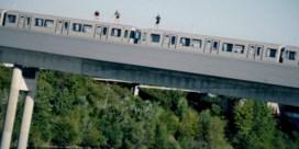 Roekeloze jongeren springen vanop rijdende metro in de Donau