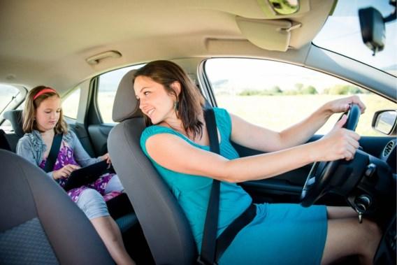 Touring waarschuwt: 'Lach niet naar uw kinderen in de auto en zing niet achter het stuur'
