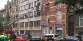 Brusselaar klimt twee uur lang in verlichtingspaal om aan huiszoeking te ontkomen