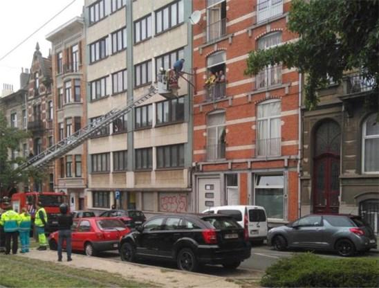 Brusselaar klimt twee uur lang in verlichtingspaal om aan huiszoeking te ontsnappen