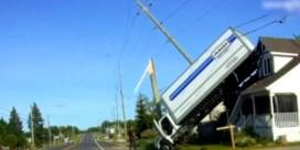 Vrachtwagen belandt op dak van woning na bizar accident