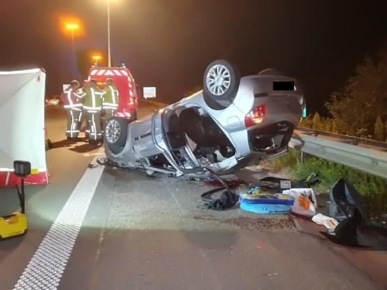 Auto met vijf Franse jongeren gaat over de kop op E17: één dode, vier gewonden