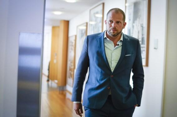 Raad van State vernietigt besluit van Theo Francken over extra kosten voor verblijfsvergunning