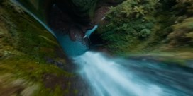 Drone maakt knappe vlucht langs waterval