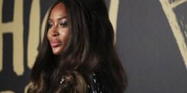 Naomi Campbell maakt statement in choquerende jurk
