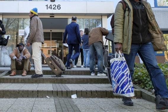 Honderden migranten in Brussel dreigen terug op straat te belanden